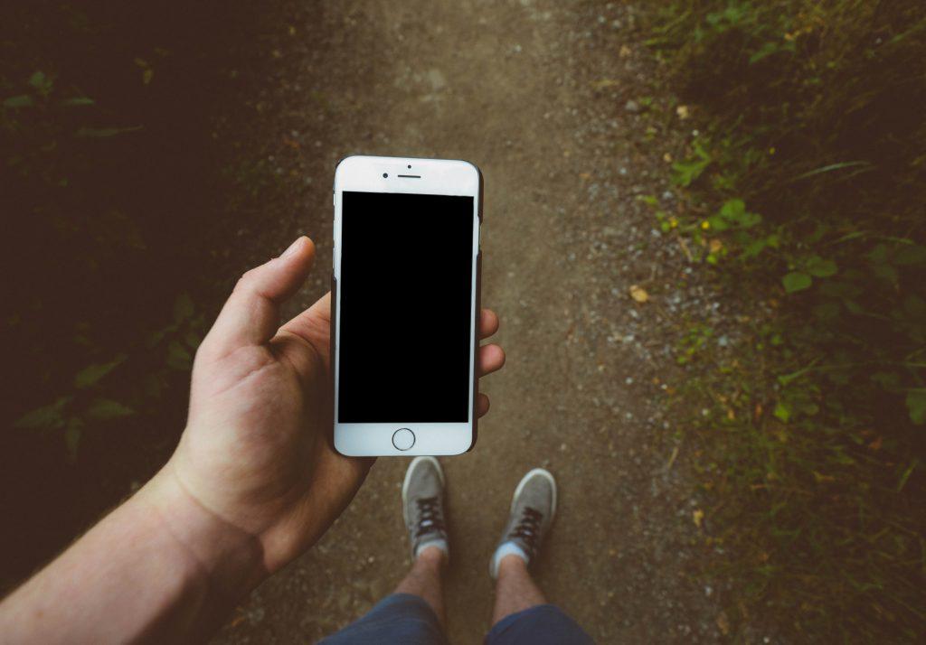 Téléphone &quot;width =&quot; 1024 &quot;height =&quot; 714 &quot;data-lazyload =&quot; / application / uploads / 2017/02 / Phone-1024x714.jpg 1024w, / application / uploads / 2017/02 / Phone- 300x209.jpg 300w, /app/uploads/2017/02/Phone-768x536.jpg 768w, /app/uploads/2017/02/Phone-690x481.jpg 690w, / application / uploads / 2017/02 / Phone-1380x963. Jpg 1380w &quot;/&gt; </div> <p> Mais voici la chose: je pense que cette histoire d&#39;avoir besoin de plus d&#39;autodiscipline est fausse. Ou du moins, je ne crois pas que ce soit toute l&#39;histoire. </p> <p> <strong> Je ne pense pas vraiment avoir <em> plus </em> l&#39;autodiscipline. Au lieu de cela, je pense qu&#39;il vaut mieux éliminer la nécessité d&#39;avoir l&#39;autodiscipline en premier lieu. </strong> </p> <h2> Deux problèmes avec la pensée, nous avons juste besoin de plus d&#39;autodiscipline </h2> <p> Avant d&#39;écrire cet article, j&#39;ai cherché la définition de «l&#39;auto discipline». </p> <blockquote> <p> autodiscipline: la capacité de contrôler ses sentiments et de surmonter ses faiblesses; La capacité de poursuivre ce que l&#39;on pense est juste malgré les tentations de l&#39;abandonner. </p> </blockquote> <p> D&#39;après ce que je peux dire, la plupart d&#39;entre nous considèrent l&#39;autodiscipline comme une chose que nous devons exercer constamment chaque moment de chaque jour. Nous pensons que nous devons nous guérir pour résister à la tentation à chaque instant. </p> <p> Résistez à la tentation de vérifier nos téléphones. Résistez à la tentation de manger le biscuit. Résistez à la tentation de toucher l&#39;alarme Snooze. Résistez à la tentation d&#39;avoir une deuxième bière après le dîner. Résistez à la tentation de sauter la salle de gym et de travailler demain. </p> <p> Mais il y a deux problèmes avec cette ligne de pensée. </p> <p> Tout d&#39;abord, il est incroyablement drainant pour nous guider à chaque minute de la journée. Je ne suis pas sûr si vous avez remarqué, mais la tent